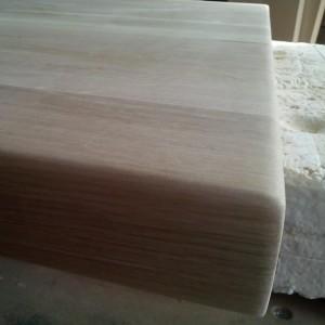 finisarea perfecta a muchiilor blatului din stejar masiv, inainte de lacuire