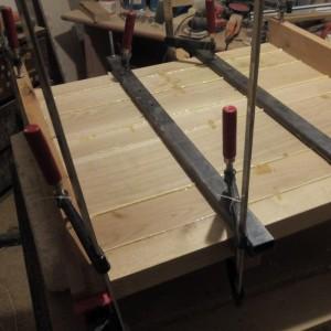 cu ajutorul clemelor mari, panoul din lemn de stejar a fost lipit