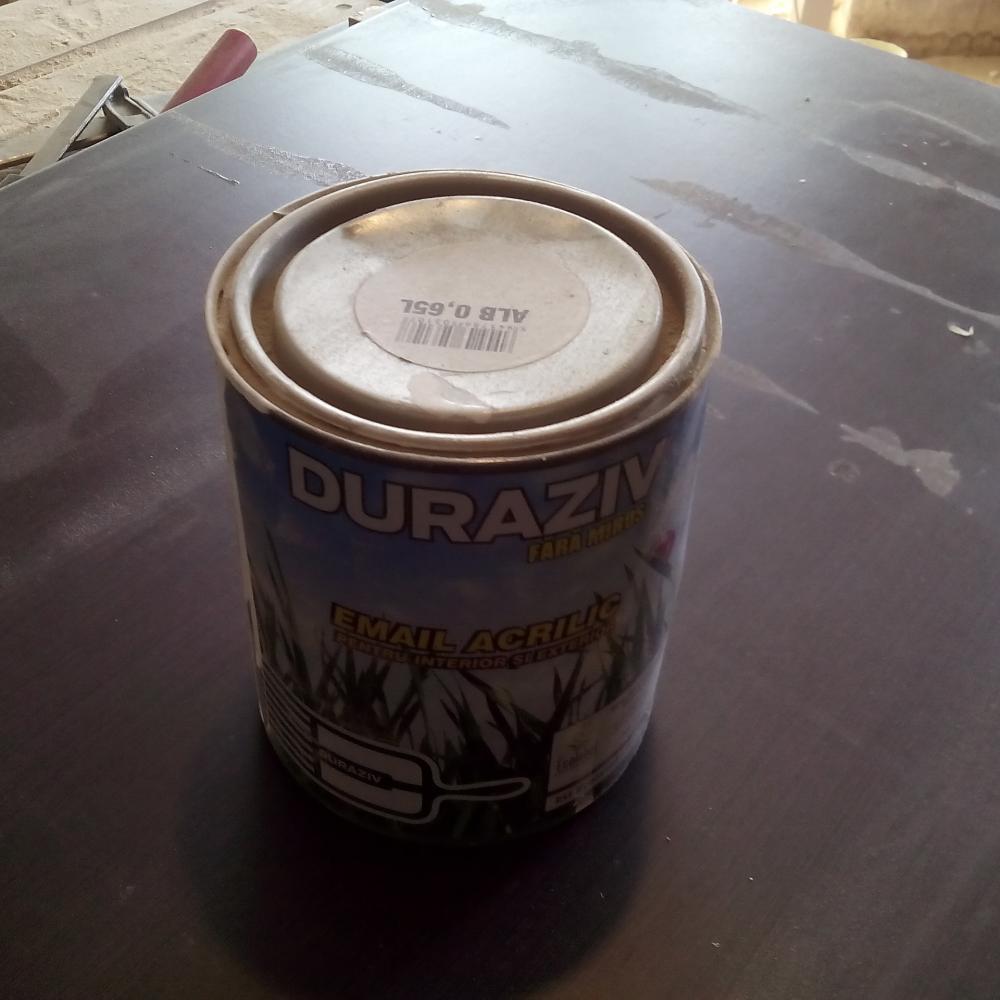 Cutia de 0.65 L de vopsea alba acrilica pe baza de apa de la Duraziv se gaseste la Leroy Merlin