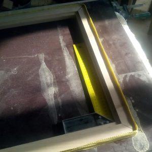 dupa aplicarea adezivului la imbinarile la unghi de 45 de grade, am strans rama oglinzii cu o chinga