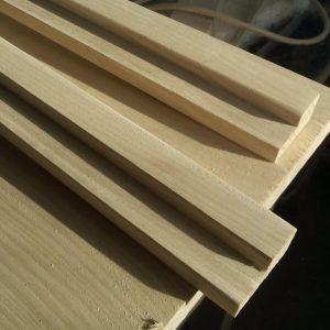 scandurile din lemn de frasin slefuite inainte de taierea la unghi de 45 de grade