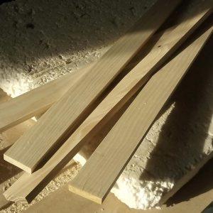 scandurile din lemn de frasin folosite pentru realizarea ramei pentru oglinda