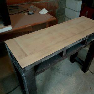 curatarea vopselei de pe blatul mesei din lemn cu slefuitorul cu banda