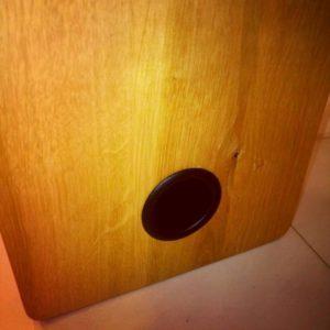 am frezat o gaura rotunda de dimensiunea tubului bas reflex pe care l-am montat foarte usor
