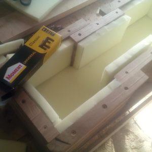 am taiat buretele de 2 cm astfel incat dupa aplicarea adezivului Moment sa il putem potrivi corect