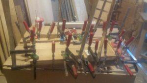 am folosit multe cleme pentru a putea strange dintr-o singura miscare un nivel intreg al boxei de stejar