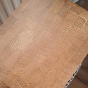 partile superioara si inferioara a boxei din lemn au aspect de capat de fibra datorita faptului ca au fost lipite bucati de scandura taiate pe contrafibra