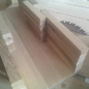 am facut o prima asezare a scandurelelor de stejar pentru a ne asigura ca aceasta este dimensiunea potrivita pentru designul nostru de boxa din lemn masiv
