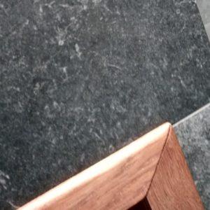 plintele decorative ale acestui dulap incastrat in nisa baii, realizate din stejar masiv, sunt foarte subtiri si au marginile exterioare rotunjite pentru a se potrivi cu tot mobilierul de baie