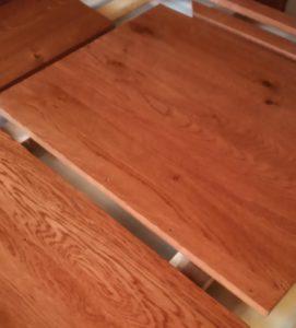 panourile de stejar necesare pentru un dulap incastrat in nisa baii dupa aplicarea grundului si lacului poliuretanic antizgariere