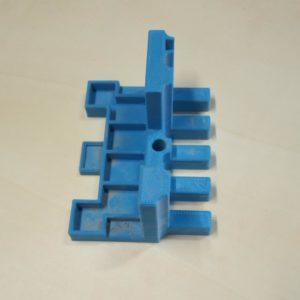 asa arata spatele dispozitivului pentru frezarea imbinarilor pieptene pentru doua scanduri sau doua panouri, printat la imprimanta 3d