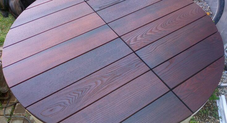 aspectul mesei de gradina din lemn de frasin termotratat, dupa aplicarea unui strat de ulei pentru deck