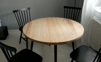 setul complet format din masa rotunda din lemn de frasin si cele patru scaune vopsite cu vopsea neagra