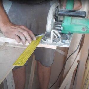 taierea capetelor baghetelor din lemn de frasin, dupa rindeluirea la masina de degrosat
