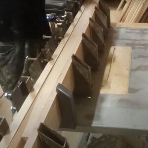 folosirea clemelor de tip C pentru obtinerea unei grinzi din lemn stratificat de frasin