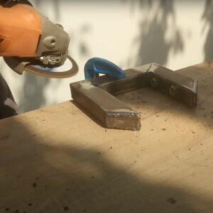 curatarea sudurilor la colturile clemelor de tip C pentru stratificarea lemnului