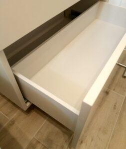am folosit glisiere tandem cu extractie totala pentru sertarele dulapului de baie