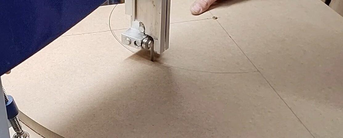 folosind acelasi centru, am taiat si al doilea sfert de cerc cu ajutorul dispozitivului de taiere pe rotund