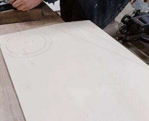 am desenat pe o bucata de placaj forma picioarelor pentru acest suport pentru brad si cercurile pentru cadrul rotund in care se va fixa bradul