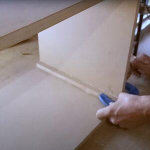 am lipit baghete de MDF pe colturile interioare ale noptierelor pentru a putea obtine colturile rotunjite atat pe interior, cat si pe exterior