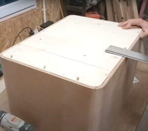 am montat placajul pentru spatele noptierei din MDF
