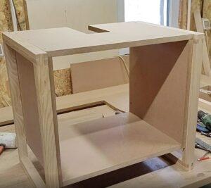 aspectul dulapului dupa montarea picioarelor din lemn stratificat de frasin