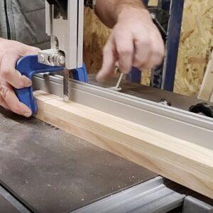 am folosit un cub din lemn pe post de opritor, pentru a ne asigura ca taieturi pentru imbinarea la 90 de grade vor avea aceeasi lungime