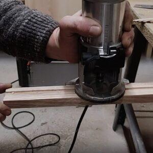 a doua trecere cu freza dreapta cu rulment de copiere pentru realizarea canalelor in profilul pentru manerele cutitelor din lemn
