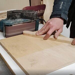 am slefuit capetele rotunjite ale elementelor din lemn, cu slefuitorul cu banda fixat de masa de lucru