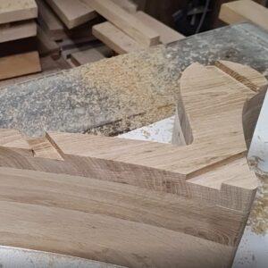 canalele realizate cu sablon de copiere si freza de lemn cu rulment de copiere, pentru montajul ramelor patrate pe spatele politelor
