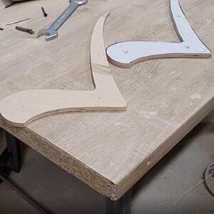 acestea sunt cele doua sablone necesare pentru frezarea pieselor celor 5 polite plutitoare din lemn masiv de stejar