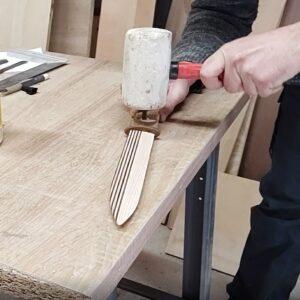 am lipit cu aracet nituri decorative din lemn de frasin termotratat in manerele cutitelor decorative