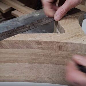 marcarea a 3 puncte pe spatele politelor pentru stabilirea pozitiei ramelor patrate din lemn
