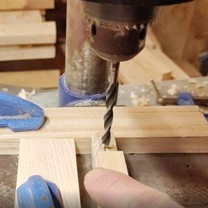 am dat gauri cu burghiul de 6 mm diametru in piesa din lemn folosita pentru schimbarea directiei