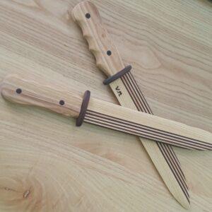 cele doua cutite de jucarie din lemn masiv de frasin in combinatie cu frasin termotratat
