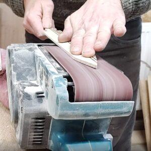 am slefuit cutitele din lemn cu slefuitorul cu banda fixat cu cleme de bancul de lucru