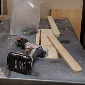 piesele sunt pregatite pentru a le conecta intre ele cu suruburi, piulite si saibe
