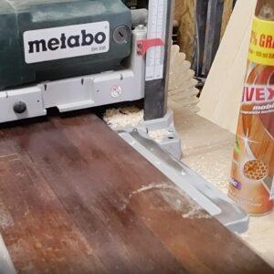 pentur a putea rindelui fasii subtiri de lemn, am folosit un panou de fag fixat in cleme de masa masinii de degrosat